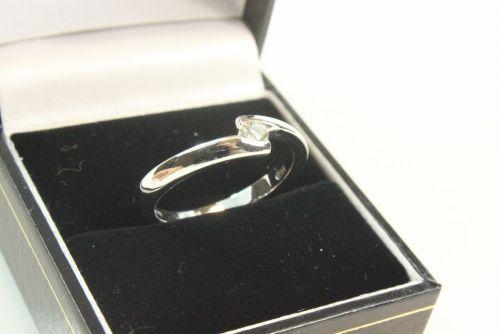18ct White Gold Diamond Single Stone Ring.