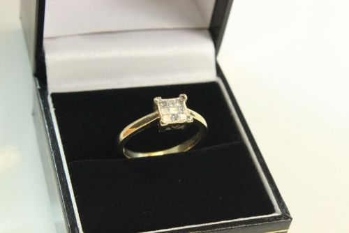 9ct Gold Diamond 9 Stone Cluster Ring.